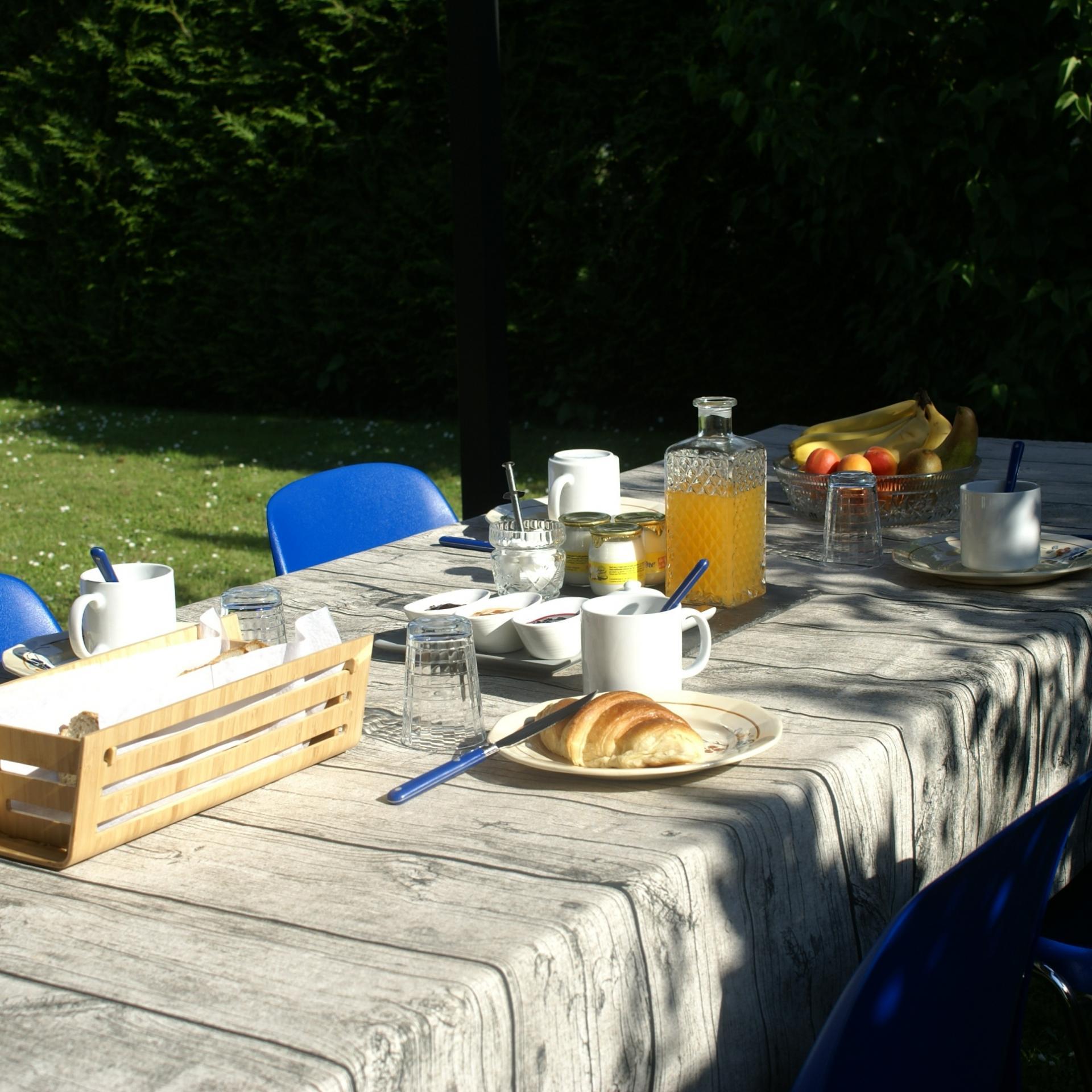 A outdoor breakfast
